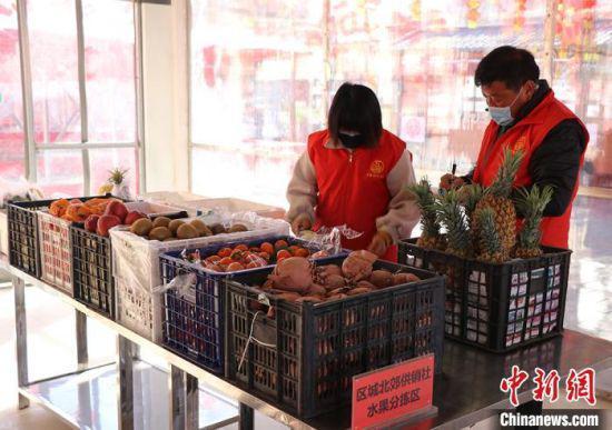 图为甘肃张掖市万家便民市场人员核对订单,配货实况图。 受访者供图
