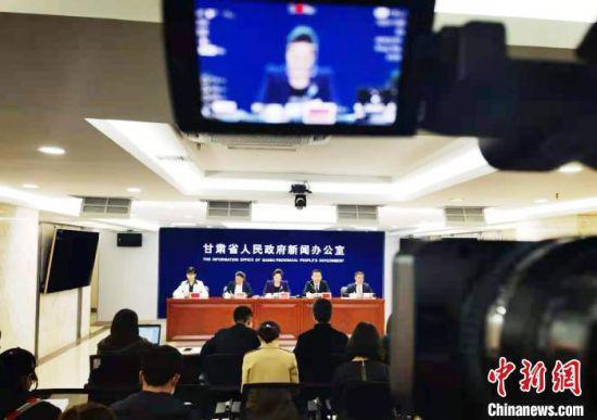 """4月14日,甘肃省政府新闻办举行临夏州""""振兴教育事业""""新闻发布会。图为发布会实况。 艾庆龙 摄"""