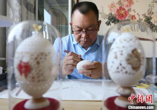 兰州蛋雕手艺人吴义泽制作蛋雕作品《河州牡丹》。 高展 摄
