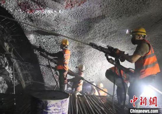 9月3日11时18分,新建中卫至兰州铁路甘肃段控制性工程——尖山隧道顺利贯通。 吴亚杰 摄