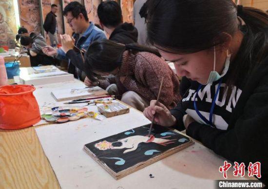 """2020年10月,台湾大学生在敦煌""""莫高学堂""""体验泥胚画手作课。 丁思 摄"""