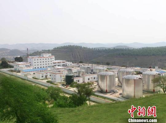 资料图。长庆油田采油十一厂新集作业区位于甘肃庆阳市镇原县境内,从荒坡满山到绿植环绕。 周沛龙 摄