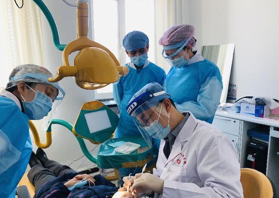 北京大学口腔医院副主任医师黄振义诊