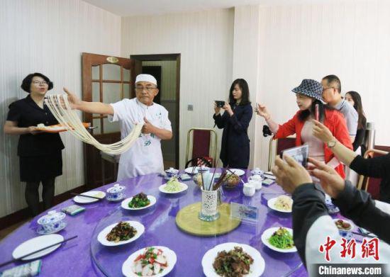 """6月3日至9日,""""讲好中国共产党的故事""""2021海外华文媒体甘肃行活动举行。 高展 摄"""