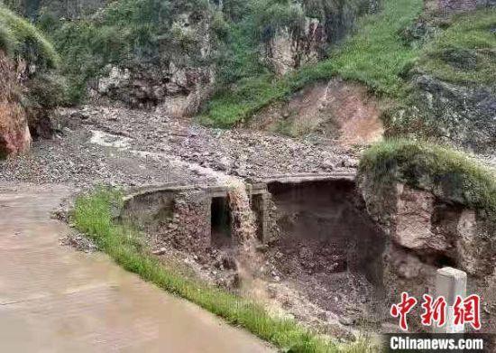 图为陇南部分路段出现塌方、泥石流。 陇南交警部门供图