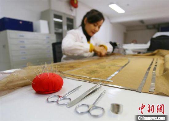 4月下旬,赵喜梅正在修复南北朝时期纺织品文物。 高展 摄