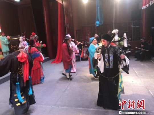 图为王宏荣和民间艺人们正在表演崇信弦子腔。 艾庆龙 摄