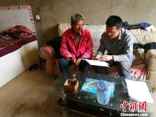 """4月初,甘肃合水县扶贫干部入户和贫困户对接""""一户一策""""精准方案。 张怡 摄"""
