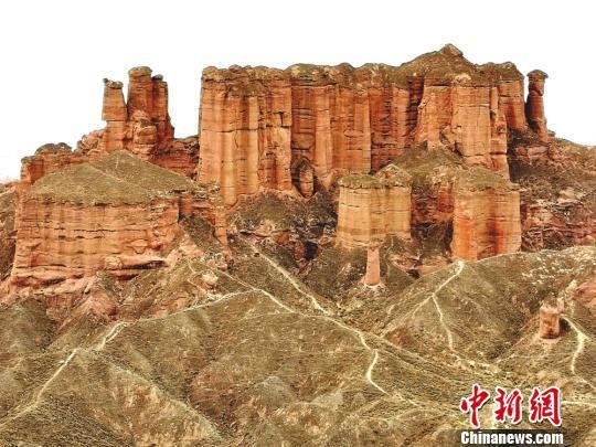 冰沟丹霞景区位于张掖肃南裕固族自治县,是以赤红的宫殿型丹霞地貌为主的自然风景区。 吴学珍 摄