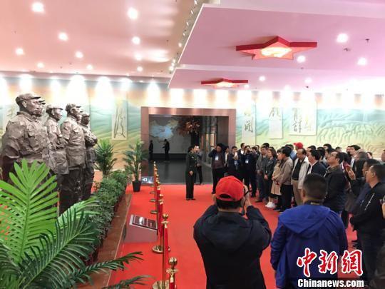 5月5日,民众在讲解员的带领在参观了红军会宁会师旧址景区。 艾庆龙 摄