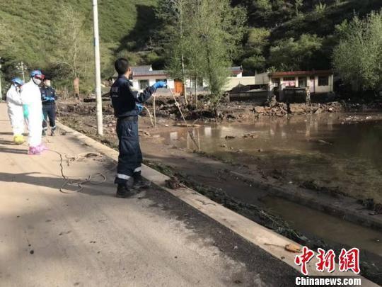 5月17日,甘肃蓝天救援队在岷县锁龙寺沟村灾害现场开展清淤清障工作。 钟欣 摄