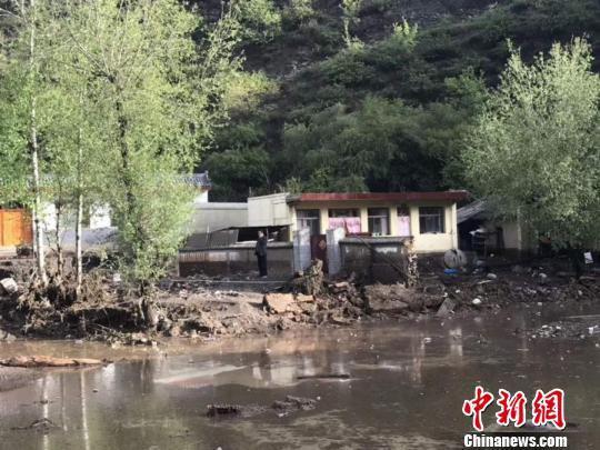 图为强降雨过后岷县受灾的山村。 钟欣 摄
