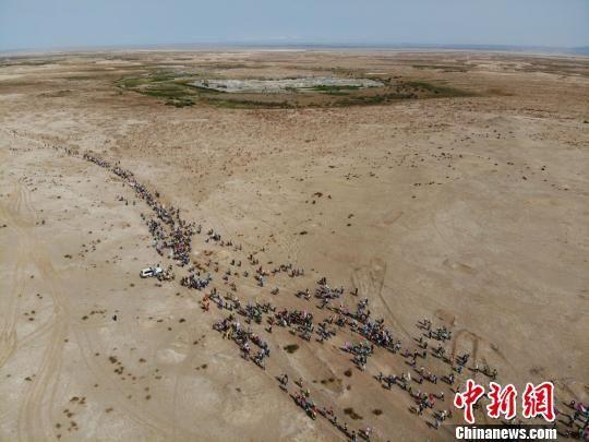 5月16日,首日的徒步活动在敦煌丝路古道上展开。 杨艳敏 摄