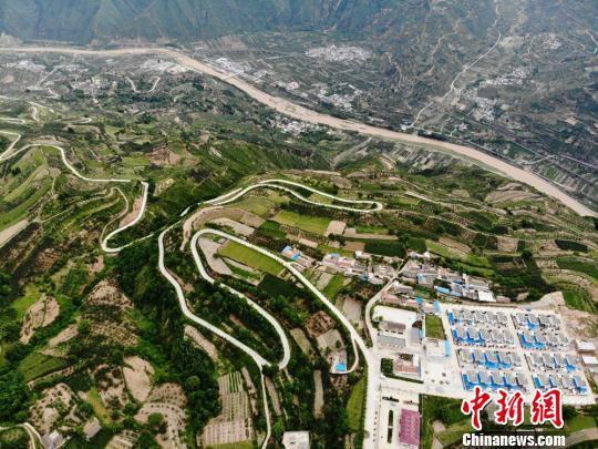 近日空中俯瞰清水县山区农村。 杨艳敏 摄