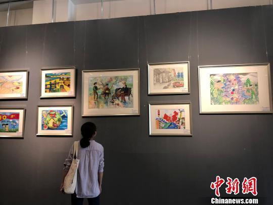 图为民众驻足欣赏绘画作品。 徐雪 摄