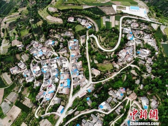清水县乡村水泥路四通八达。 杨艳敏 摄