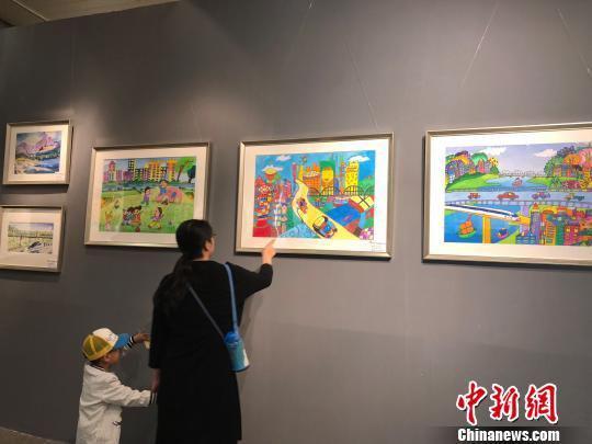 6月1日,出自兰州134名小学生之手的绘画作品在当地展出。 徐雪 摄