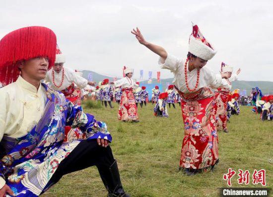 当地民众欢庆香浪节