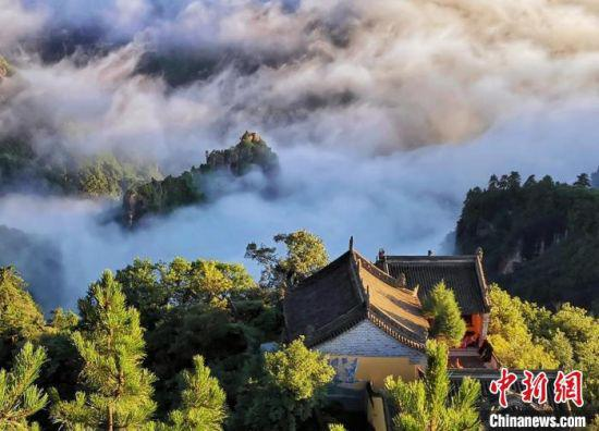 图为位于甘肃平凉市的崆峒山树木青翠景色旖旎。(资料图) 魏建军 摄