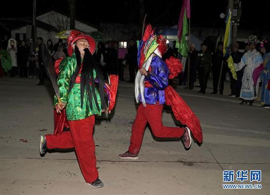 """2月16日,在甘肃省陇南市武都区鱼龙镇刘家湾村,村民们观看高山戏""""把式舞""""。 新华社记者 才扬 摄"""