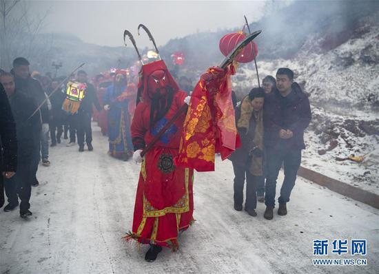 2月17日,在甘肃省陇南市武都区鱼龙镇卯家庄村,高山戏演员在村内巡游表演。 新华社记者 才扬 摄