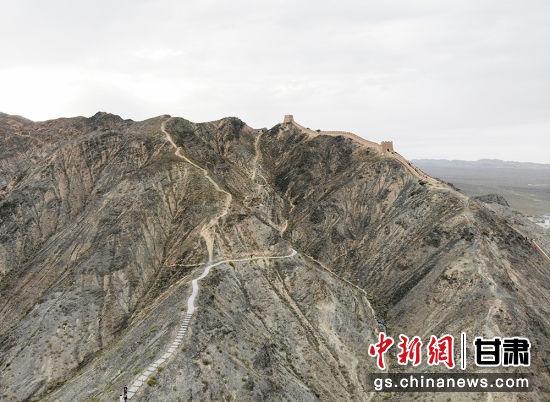 悬壁长城距嘉峪关市区11公里,位于嘉峪关关城西北6.5公里处。