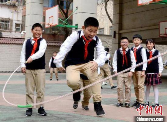 图为静宁路小学的学生们在操场上体育课。(资料图) 静宁路小学供图