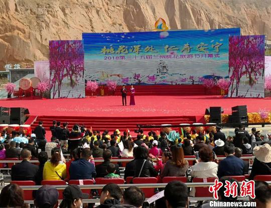 4月15日,第三十五届兰州桃花旅游节在安宁区仁寿山桃花源里举行。 刘薛梅 摄
