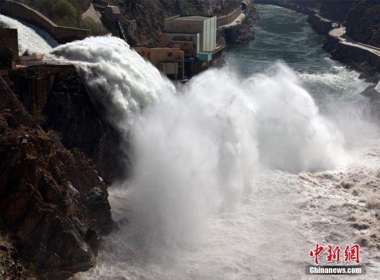 此次刘家峡水库提闸放水持续时间大约16分钟,闸门最大开度提至60%。 侯齐 摄