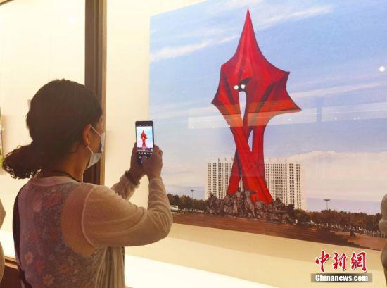 图为游客拍摄雕塑图片。 闫姣 摄