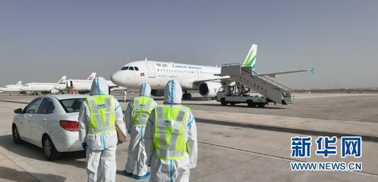 兰州—拉合尔多式联运航班降落在兰州中川国际机场(4月2日摄)。新华社发