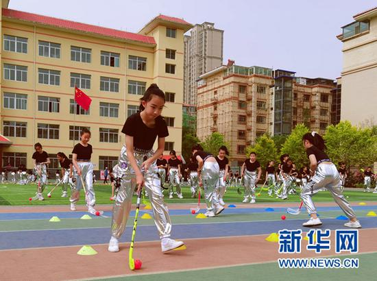 图为华侨教育集团华辰小学旱地冰球操展演活动现场。(兰州市城关区教育局供图)