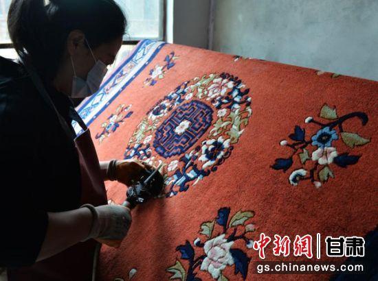 临夏手工地毯是甘肃省临夏回族自治州的特产,织造技艺历史悠久,地毯一般经十多道工序编织而成,质地柔韧、古朴典雅。