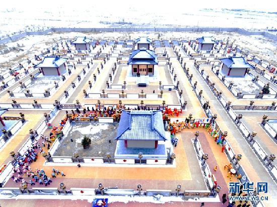 """这是航拍的张掖市甘州区碱滩镇古城村的""""九曲黄河灯阵""""。新华网发 (成林 摄)"""