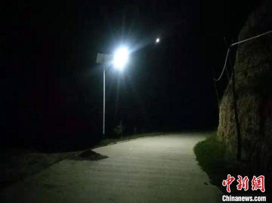 图为漳县贵清山镇铁炉村安装的太阳能无极灯。