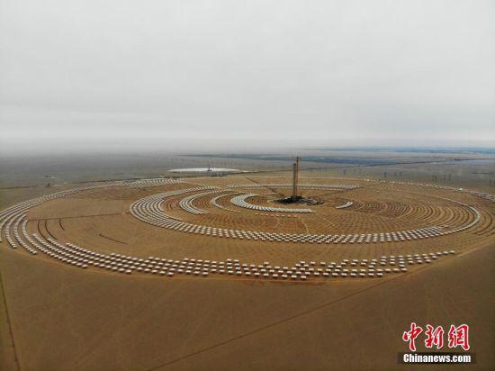 5月17日,航拍镜头下的敦煌100MW(兆瓦)塔式熔盐光热电站场景。