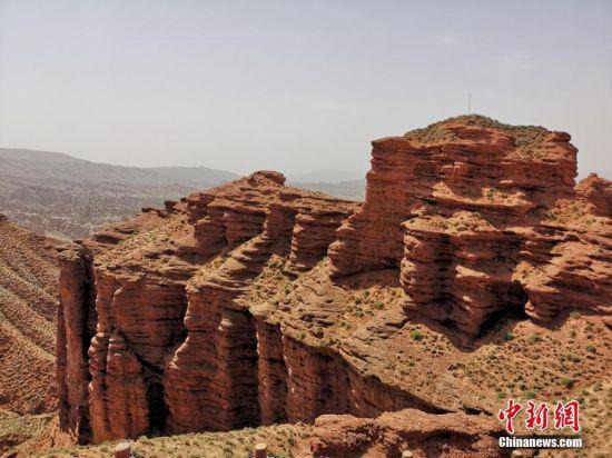 """平山湖大峡谷,海拔高度1500至2550米。其地质构造属于红层地貌。所谓""""红层"""",是指在中生代侏罗纪至新生代第三纪沉积形成的红色岩系,一般称为""""红色砂砾岩"""",距今已有一亿八百万至两亿四千万年。吴学珍 摄"""