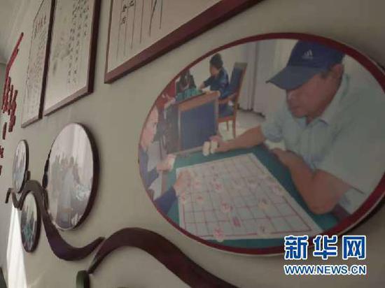 图为紫轩社区内展示老人丰富业余活动的文化墙。