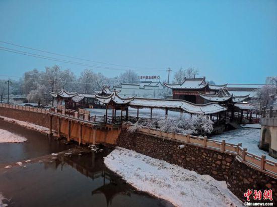 图为夜幕逐渐降临,俯瞰落满雪花的小城。 张宏 摄