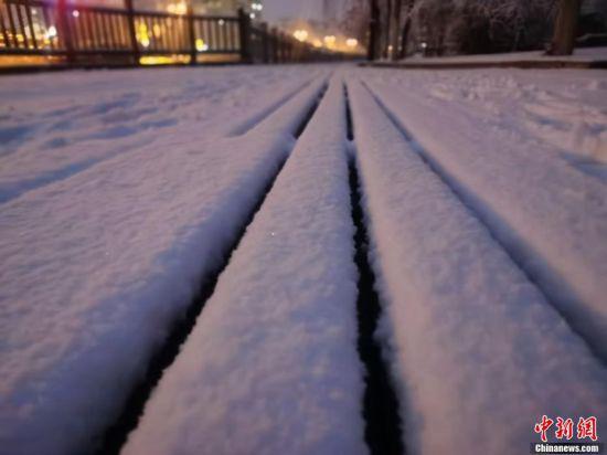 图为寸许厚的积雪。 张宏 摄