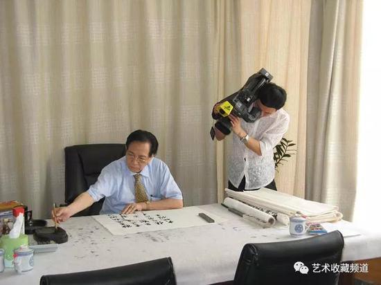 广东电视新闻频道到珠江画院采访江荣宇先生