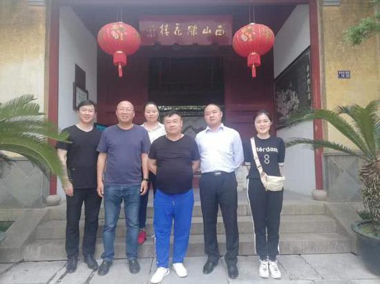 董事长夏正瑜陪同领导一行参观苏州西山雕花楼