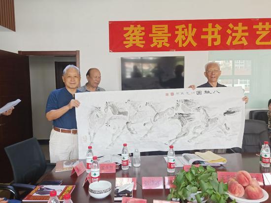 楚威彬向王太岚中将赠送《八骏图》
