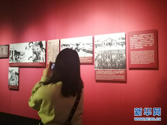 游客在八路军兰州办事处纪念馆参观。新华网(宋燕 摄)