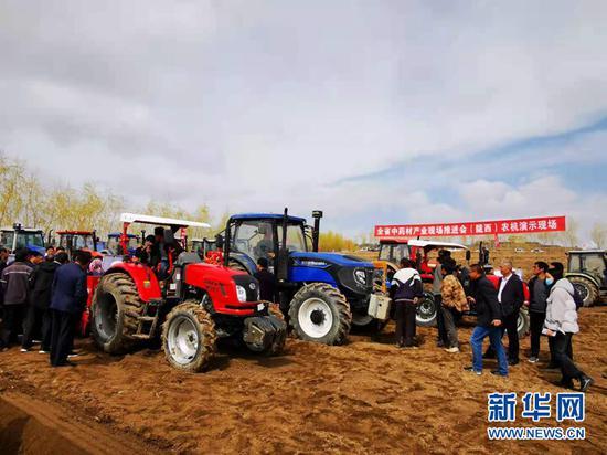 甘肃全省中药材抓点示范行动现场推进会(陇西县)农机演示现场。新华社记者 张新新 摄