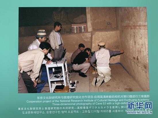 东京文化财研究所与敦煌研究院工作人员应用高清晰数码相机对第53窟进行三维摄影。(敦煌研究院供图)