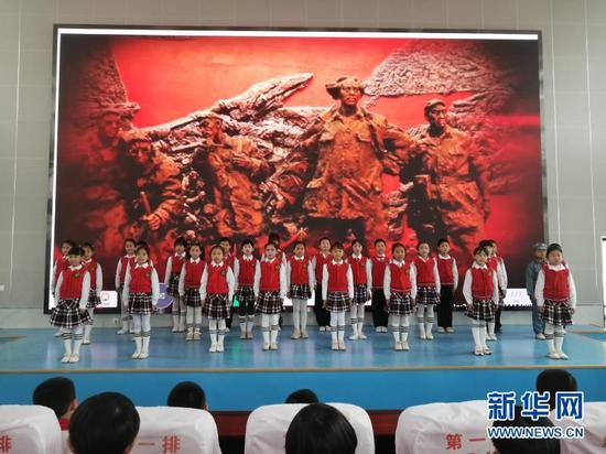 会宁县红军小学学生演唱红色歌曲。新华网(宋燕 摄)