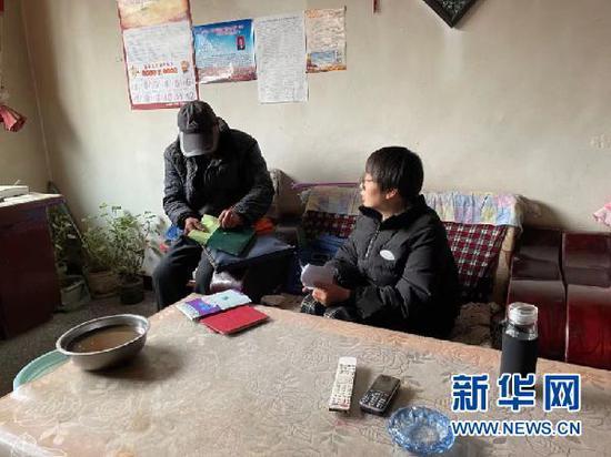 梨园村党支部书记宋海蓉在入户随访。(受访者供图)