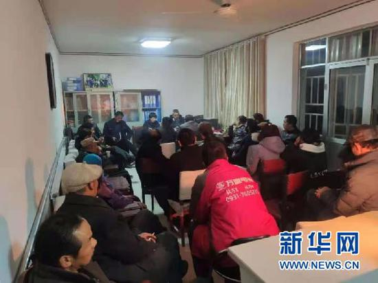 眼下正值农忙期,甘肃省张掖市临泽县倪家营镇梨园村村民晚上举行培训学习会。(受访者供图)