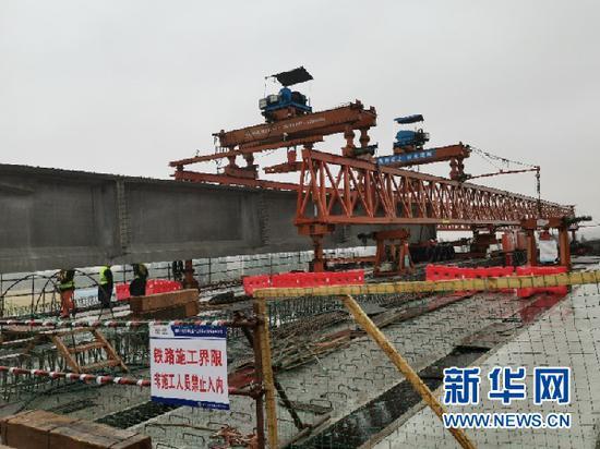 乌玛高速上跨包兰线桥梁架设现场。(采访对象供图)